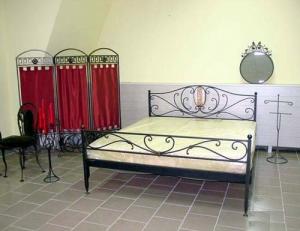 Кровать с изголовьем двуспальная
