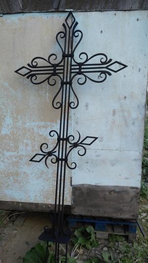 Кованый крест на кладбище