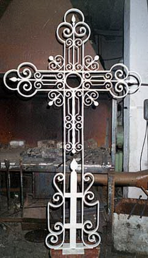 Кованый крест памятник